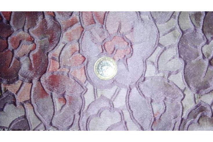 Tejido brocado con flores rosa palo envueltas en un fondo multicolor, es ideal para la confección de chaquetas, faldas, traje de chaqueta, traje de pantalón..., preferentemente cortes rectos o con tablas.#brocado #jacquard #flores #rosapalo #multicolor #confección #chaquetas #faldas #trajedechaqueta #trajedepantalón #tela #telas #tejido #tejidos #textil #telasseñora #telasniños #comprar #online