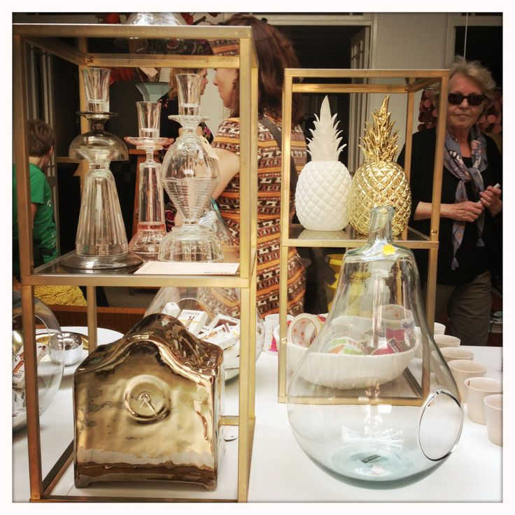 Silver Clock van Kiki van Eyck, kandelaars van Roos en De Kalff, ananas in wit en goud  met daarvoor een grote peervaas van Pols Potten.