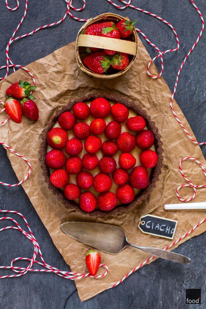 Przepis na zdrową bezglutenową tartę z truskawkami na mące kokosowej z kremem waniliowym. Fit ciasto bez cukru i bez nabiału.
