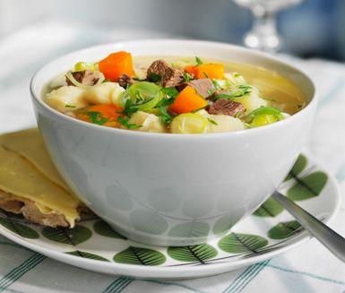 Ett värmande och härligt recept på klassisk köttsoppa. Du gör soppan av bland annat nötbog, hönsbuljong, morötter, palsternackor, rotselleri, potatis och purjolök. Gott att servera med en knaprig knäckemacka.