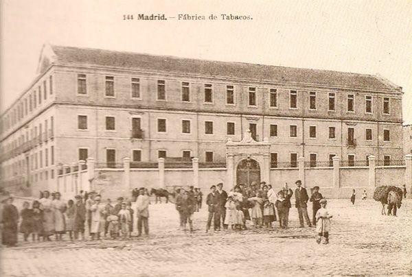 La fábrica de Tabacos de Madrid, en la castiza calle de Embajadores, vista desde la glorieta del mismo nombre. Postal antigua.