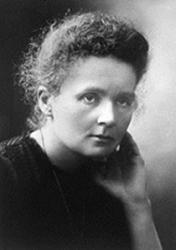"""""""Marie Curie ist wegen der von ihr erhaltenen Nobelpreise in Physik (1903, gemeinsam mit Pierre Curie und Becquerel) und Chemie (1911) die wohl bekannteste Physikerin. Weniger bekannt pflegen die Schwierigkeiten zu sein, auf die sie stieß: sie wurde nicht zum Studium an der Warschauer Universität zugelassen, verdiente das Geld für ihre ersten Forschungen als Mädchenschullehrerin, und noch 1911 (!) wurde ihr die Aufnahme in die französische Akademie der Wissenschaften verweigert."""
