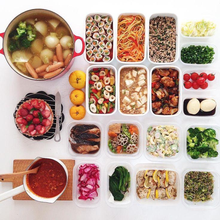 . . 忙しく載せれなかった 今週の . #常備菜 #kohacafe常備菜 . 時間 夜中と早朝で3時間 冷蔵で3日で食べ切り6人家族 . レシピを教えてほしいと 言われたので 今回はナポリタンを ご紹介 たまねぎ人参ピーマンハム などお好みの野菜をオリーブオイルで炒めてから茹でたパスタじゃっかん固めを入れて塩コショウにケチャップで味を整え炒めていきます最後にバターを溶かし入れて絡めますバターを入れると冷めても絡まりませんこれで冷蔵保存3日持ちます小分けにして冷凍されてもいいと思いますが味は落ちます また少しづつレシピ ご紹介していきますね . Menu. ルク野菜いっぱいポトフ かぶ たまねぎ にんじん キャベツ じゃがいも ブロッコリー セロリなど 野菜肉巻き下にトマトソース ナポリタン ニラ入り肉そぼろ 塩もみ白菜ゆず風味 カットねぎ カラフルピーマンとインゲンとちくわの 中華炒め 麻婆豆腐 酢豚 洗いミニトマト あじたま ぶりの照り焼き長女好物 厚揚げと根菜のたいたん マカロニサラダ ゆでブロッコリー 片手なべ 手作りミートソース 塩もみ赤かぶ ゆでほうれん草…
