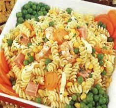 Ingredientes (porción para 4 personas) : 500 grs de fideos codito 2 latas de filete de atún 1 cebolla en pluma 1/4 de taza de arvejitas ...