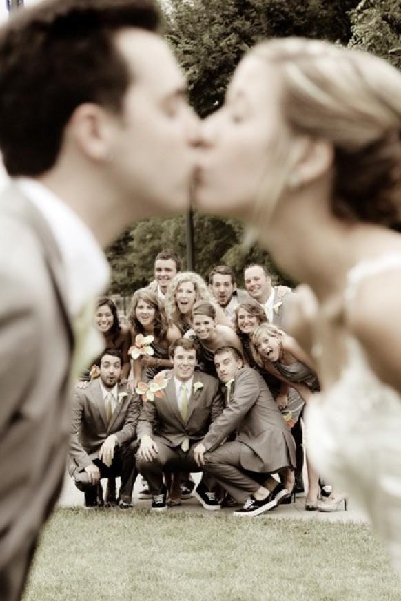 Weddbook ♥ Bild von der Braut und Bräutigam küssen mit der ganzen Partei hinter sich - was für ein toller shot! Lustige Hochzeitsfotos.