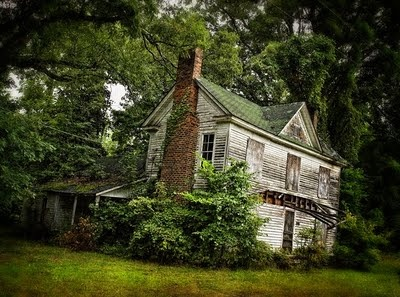 I can see the former glory of this simple country home...