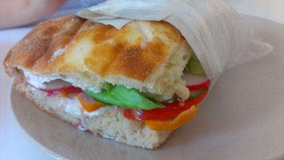 Sandwich cu legume și pastramă de pui