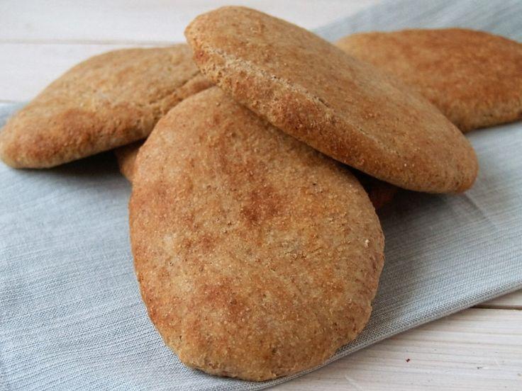 Panini broodjes zijn zo simpel om zelf te maken. Je hebt er alleen tijd voor nodig. Maar het wachten wordt beloond als hij belegd en wel van de grill komt.