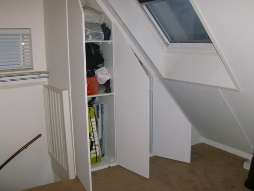 Inbouwkast onder schuin dak op overloop