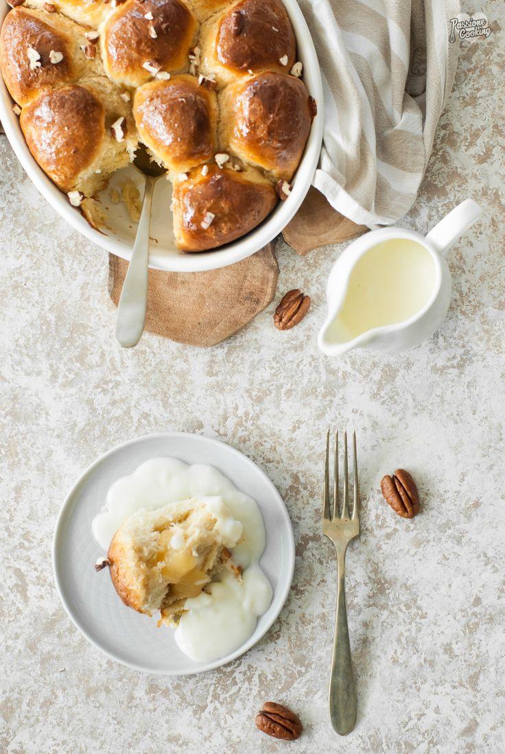 Buchteln con impasto alla ricotta, ripieni di mele, con salsa alla vaniglia Topfen-Germteig-Buchteln mit Apfelmusfüllung und Vanillesauce