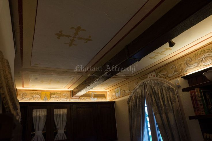 Some of the ceiling decorations painted in the sub-beam of this house were taken from antique books belonging to the family collection