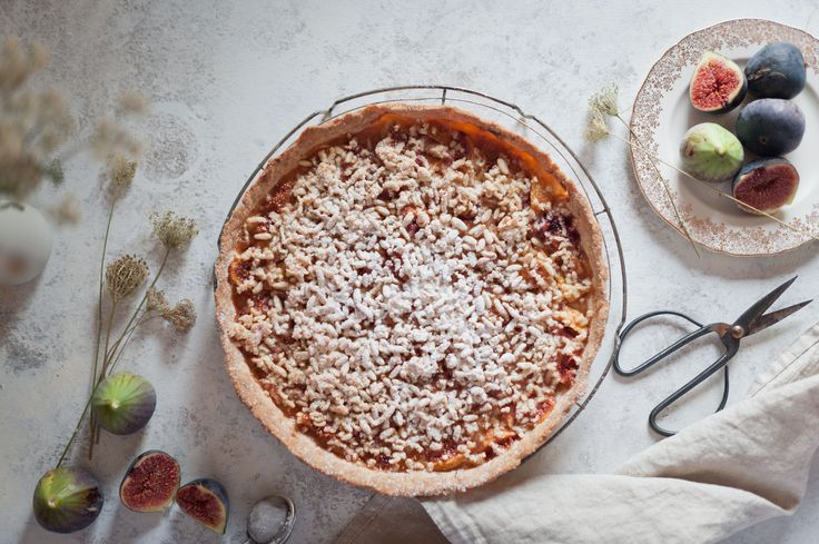 This fig tart recipe combines the jammy sweetness of figs with crunchy pine nuts and the aromatic notes of rosemary in a very Mediterranean dessert.