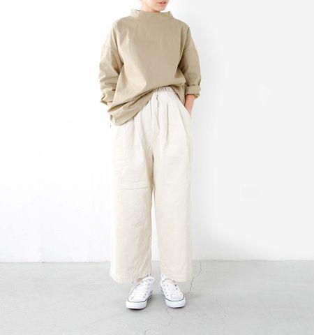 """今注目のトレンドキーワード「ビッグシルエット」。ビッグシャツやロングTシャツ、ワイドパンツ、ロングスカートなど、オーバーサイズのアイテムを取り入れた""""抜け感""""や""""リラックス感""""のあるコーディネートが旬ですよね。しかし、一歩間違えるとルーズで野暮ったくなってしまうこともあるので、ファッションに取り入れるのは少々難易度が高い…と感じている方も多いのではないでしょうか?今回は、ビッグシルエットアイテムを大人っぽく着こなすためのポイントと、シンプル&ナチュラルな素敵なコーディネートをご紹介します。"""