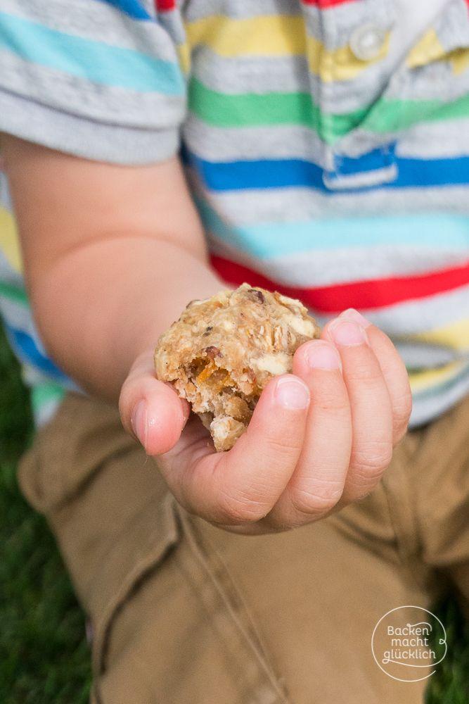 Selbstgebackene Kinder-Kekse bzw. Babykekse, die nicht nur lecker schmecken, sondern auch noch Kekse ohne Zucker, Ei, Milch und Butter sind. Neben Vollkornmehl stecken Flocken, Kokosöl, Früchte und Hafermilch drin. | http://www.backenmachtgluecklich.de