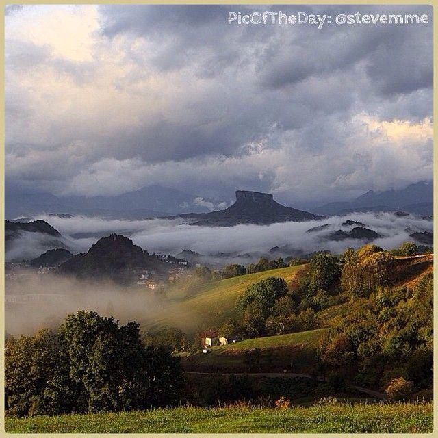 La #PicOfTheDay #turismoer di oggi ci porta a #Felina, sull'#Appennino Reggiano, ad ammirare l'imponente Pietra di #Bismantova avvolta dalle nuvole autunnali Complimenti e grazie a @stevemme