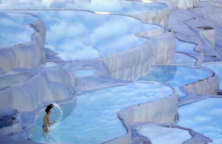"""PAMUKKALE (TURQUIA) Esta atração natural (que significa """"castelo de algodão"""", em turco) é um curioso conjunto de terraços de calcita que formam piscinas termais. Em 1988, juntamente com a cidade de Hierápolis, foi declarado Patrimônio Mundial da Unesco."""
