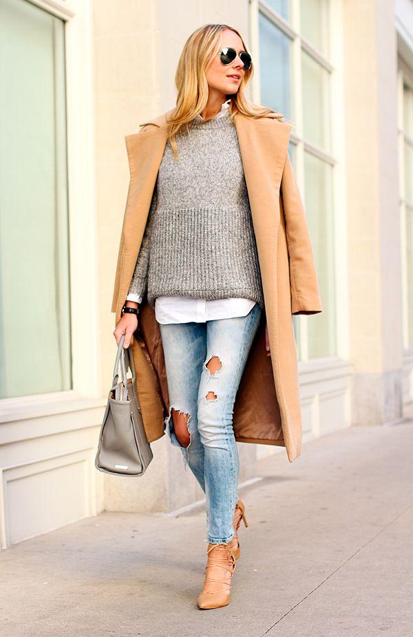 Street style com look básico com maxi casaco nude, tricot cinza, camisa branca, calça jeans destroyed e scarpin nude
