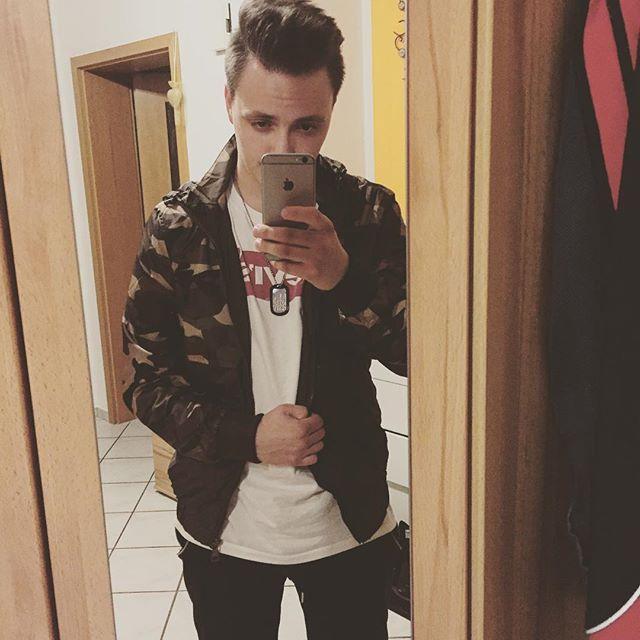 "2016/07/21 07:35:44  slovacek.martin  ""Mama sagt, ich zieh' mich an als wär' ich Vietcong"" -Shindy //Roli// ⌚️ #camouflage #new #jacket #shindy #roli #rolex #fashion #cz #czech #czechboy #german #inked #tattoo #yvessaintlaurent #zara #levis #iphone #pic #peace #mrporter #whatsnew #lyric #shindymagjeder #dreams"
