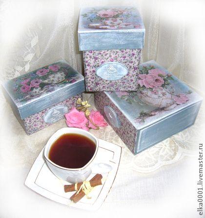 Чайный набор `Ситцевое чаепитие`. '...Сказочный вечер в тумане.  Розовый чай и луна.  Разум в приятном дурмане.  Чай, шоколад, тишина…'    Нежный ситцевый набор для любителей почаёвничать: короб для чайных пакетиков, короб для листового чая, короб для сладостей.