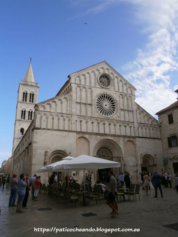 ZADAR-CROACIA: la Catedral de Santa Anastasia (Sveta Stošija), Catedral de Zadar. Y por detrás, su Torre del Campanario