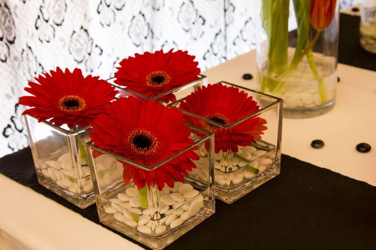 Az Edit Virág Varázs , természetesen az asztali dekorációban is tudta hozni az egyenes vonalvezetés hangulatát.