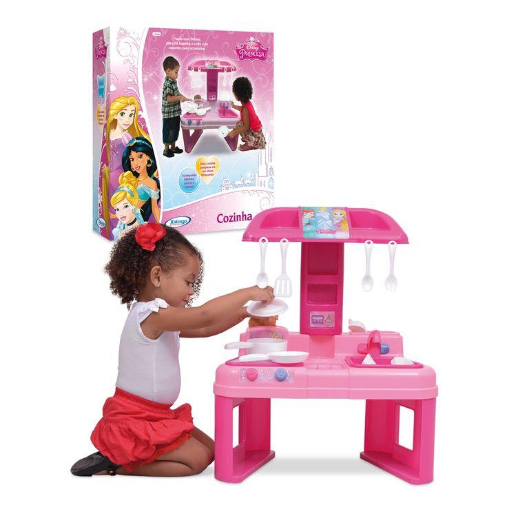 1831.0 - Cozinha Princesa Disney | As crianças se divertirão brincando de fazer comidinha, preparando e servindo diversos pratos, desenvolvendo assim habilidades de socialização e imaginação. Uma cozinha completa com fogão, pia com torneira e coifa com suporte para acessórios. Ela traz utensílios como talheres, panelinhas, pratos e xicaras. | Faixa etária: +3 anos | Medidas: 53 x 30 x 65 cm | Jogos e Brinquedos | Xalingo Brinquedos | Crianças