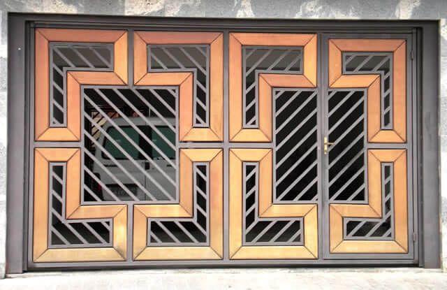 Portão Tubular Madeira EP-215 com preenchimento de metalon de aço carbono 100% galvanizado em diversos perfis. Pode conter detalhes em tubos de aço, chapa ou madeira.