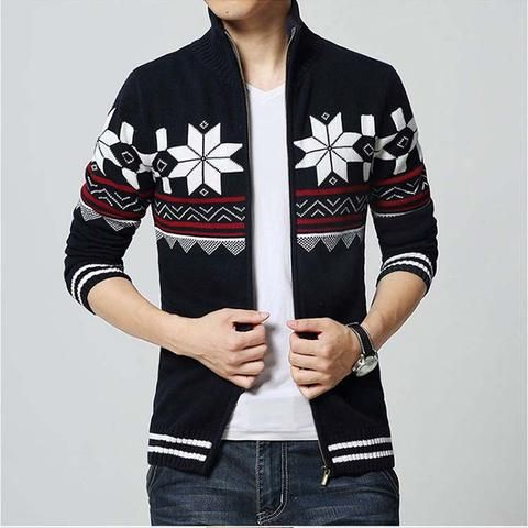 Thick knitted jumper with a collar.