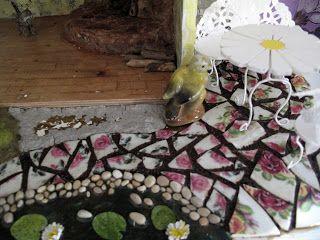 Saara's Dollhouse - Saaran nukkekoti: Taianomaiset esineet Magical objects  Lähiaikoina olen rakentanut pihaa. Polku on tehty ruusukuvioisista lautasista ja väliin liimasin kahvinporoja. Maa/ruoho on vielä kesken, teen sitä neulahuovuttamalla. Lampi on vesiaineella tehtyä ja lumpeet paperia. Pikkukivet keräsin Mazzano Romanosta, Italiasta taasen, jossa vietin 1,5kk viime vuonna.
