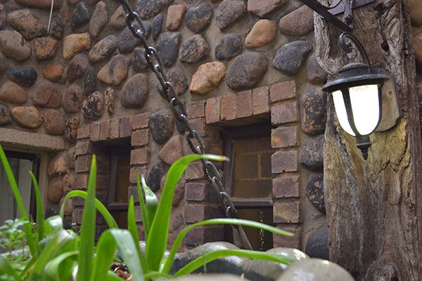 Country feel guesthouse situated on the banks of the Klip River - Vaal Triangle.