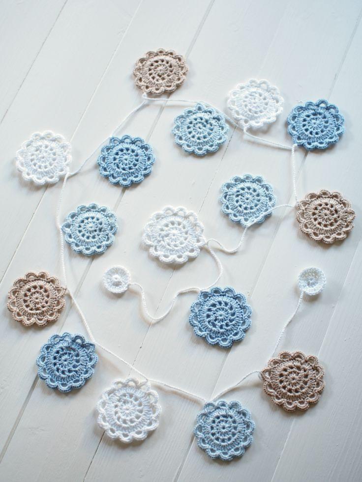 Winter frost crochet garland _ Mooie kleurencombinatie van deze slinger met gehaakte rozetten.