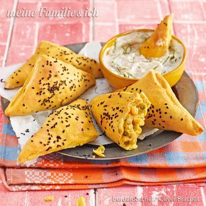 Orientalisch gewürzt und lecker gefüllt - diese saftigen Goldstücke aus Hefeteig schmecken kalt oder warm serviert. Rezept: http://www.meine-familie-und-ich.de/rezepte/indische-kartoffeltaschen