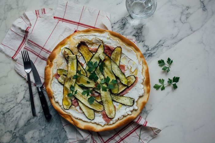Ophelie's kitchen book: PIZZA A LA RICOTTA, JAMBON SEC & COURGETTES RÔTIES