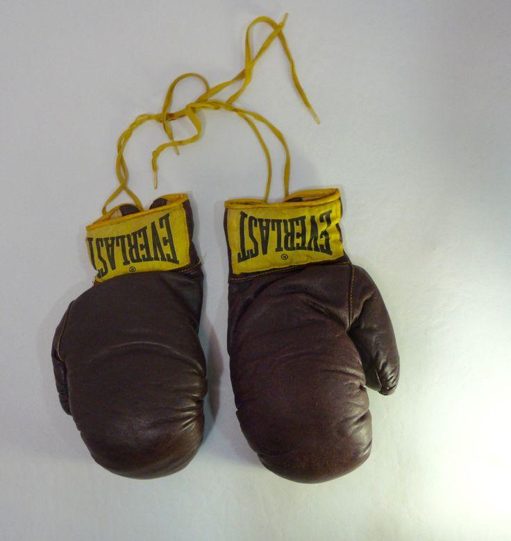 Le chouchou de ma boutique https://www.etsy.com/ca-fr/listing/494673327/gants-de-boxe-collection-vintage-annee
