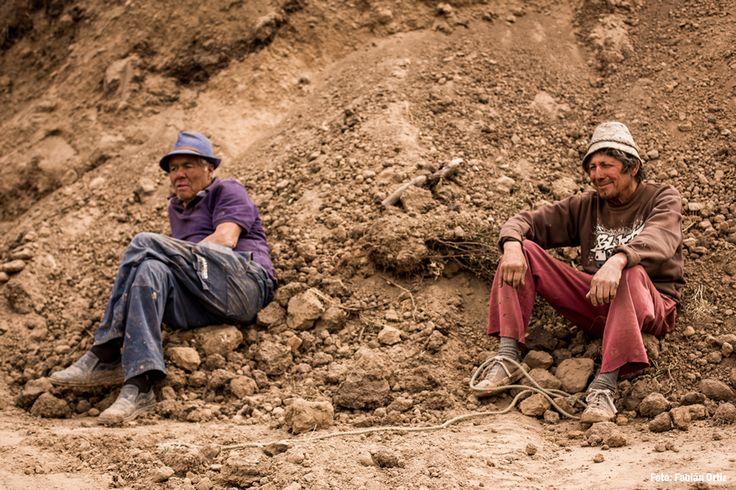 Dos de los cuatro hombres que preparan  800 mil ladrillos por temporada.