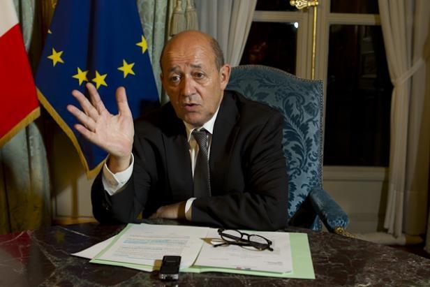 26.02.13 / Français enlevés au Cameroun : Le Drian exclut de négocier avec Boko Haram / Jean-Yves Le Drian, ministre de la défense dans son bureau parisien le 1er octobre 2012.