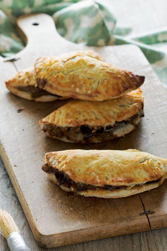 Empanadas végétariens sans gluten - _Pour l'appareil : 2c. à soupe d'huile d'olive, 1 petit oignon jaune (100g), 1 petite aubergine (180-200 g), 1c. à soupe de crème végétale au choix, 1c. à soupe de graines de sésame _Galette : 80g farine de riz complet, 50g farine de sarrasin, 50g de farine de teff (ou millet brun), 20g de fécule de maïs ou d'arrow-root, 1 c. à café de sel, 1 pincée de bicarbonate, 50g d'huile d'olive, 100ml lait végétal au choix, 1 rouleau à pâtisserie.