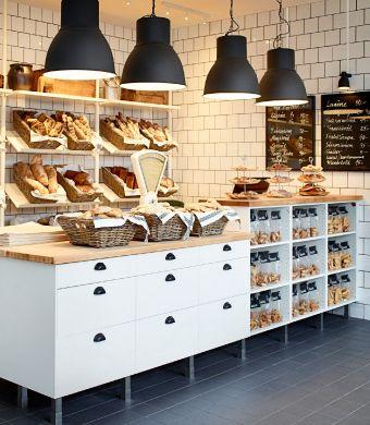 Étagères murales blanches et meubles blancs à plateau supérieur en bouleau massif pour cette boulangerie
