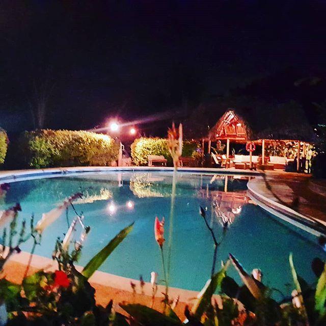 Apacible y serena noche, hoy nos delitaremos con el canto de las lechuzas, el cri cri de los grillos y las caricias de la enigmática neblina.  Queremos extender nuestra invitación a disfrutar de este precioso y relajante lugar.  Linda Noche!🌌🍀 #noche #sindamanoy #energia #relajacion #caricias #silencios #noche #sindamanoy #hostalmentecuerpo #zapatoca #santander #colombiahttps://www.instagram.com/p/BfW8ZzAlMjg/