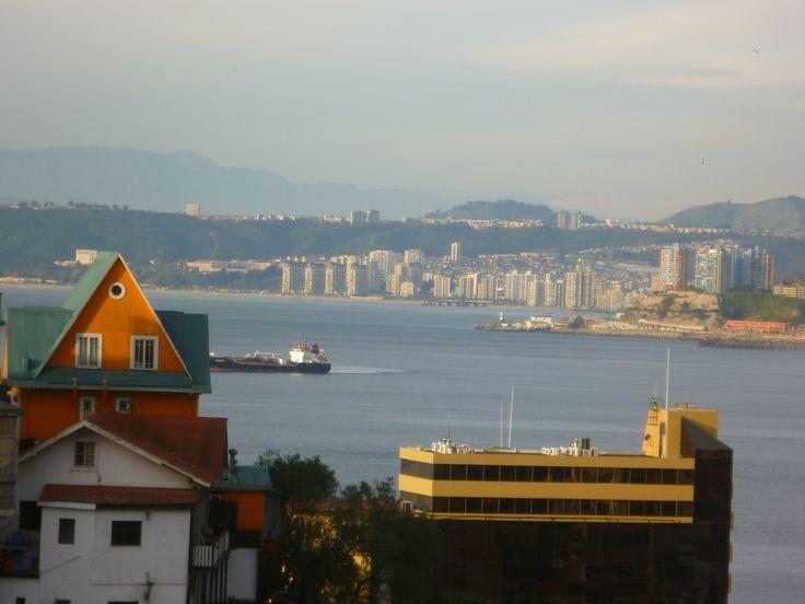 Mirada desde pasaje Dimalow, cerro Alegre, Valparaíso, Chile. Saludos www.demirar.cl