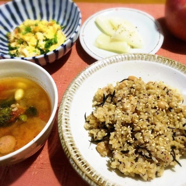 トマトベースの野菜スープに味噌入れてお味噌汁にしたけれど、私的にはイマイチでした。さらに牛乳を入れたら洋風味噌汁でいけたかも⁉︎(笑) - 9件のもぐもぐ - ☆ひじきと大豆の玄米ご飯ゆかり和え、☆トマトベースの野菜スープで味噌汁、桜えびの玉子とじ、☆大根の千枚漬け by yukomama12