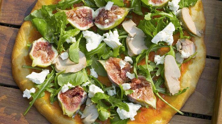 Eine prima Mischung für exotische Pizzaliebhaber: Pizza mit Gänseleber, Rucola und Feigen | http://eatsmarter.de/rezepte/pizza-mit-gaenseleber-rucola-und-feigen