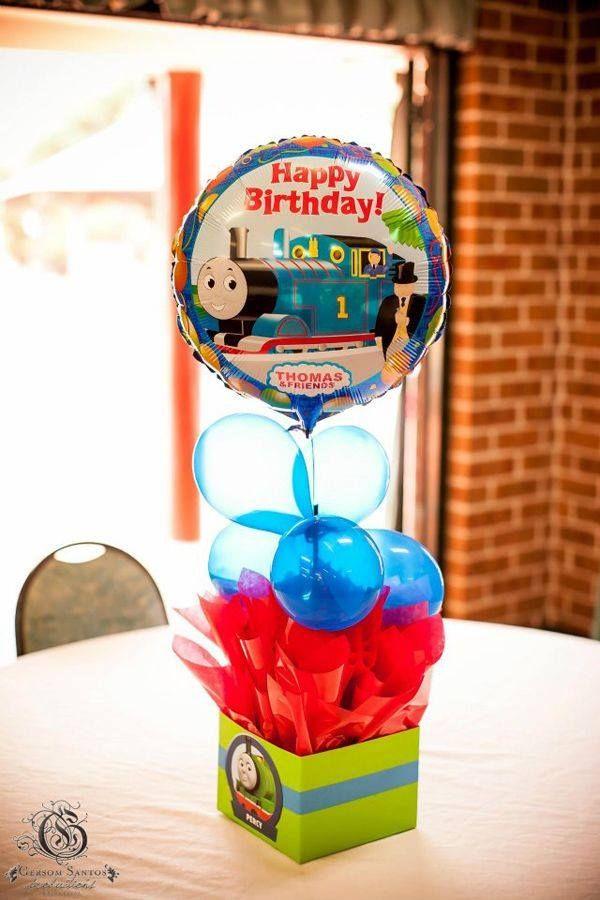 thomas-globos Centros de mesa, con un número en grande de la edad de tu niño, cubetas, globos, o pompones con papel crepé, el caso es que con que uses los colores, azul y rojo, vas a lucir un arreglo padrísimo:
