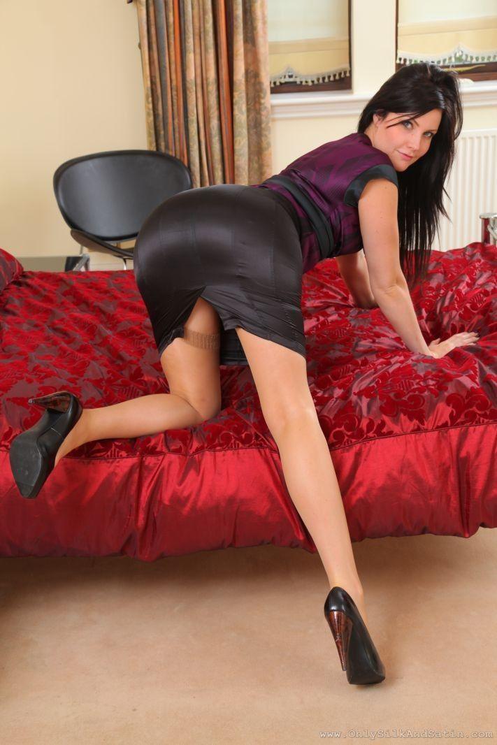 Pin von Down Lover auf Satin | Satin skirt, Sexy skirt und ...