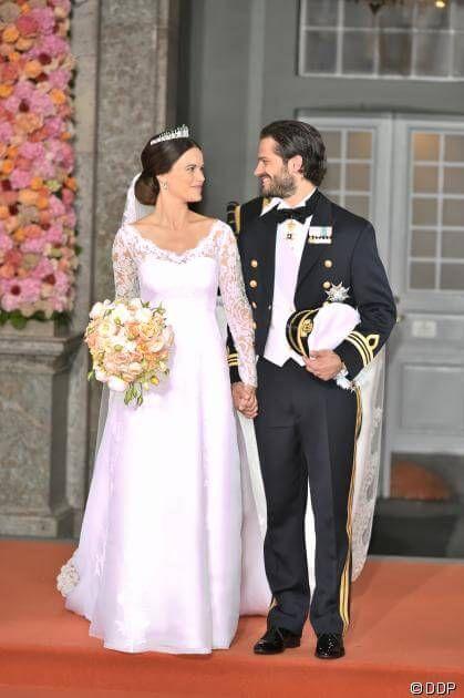 Am 13. Juni war es endlich so weit: Prinz Carl Philip von Schweden, 36, heiratete seine Verlobte Sofia Hellqvist, 30, während einer feierlichen Zeremonie in der Schloss-Kapelle in Stockholm. Ob das traumhafte Brautkleid, den Hochzeitskuss oder die kleine Prinzessin Estelle als Blumenmädchen - die wahr gewordene Märchenhochzeit des schönen Royals und des ehemaligen Models könnt ihr in unserer Galerie bewundern!