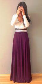 Esta falda es morada. La falda es más largas que la falda blanca y negra.