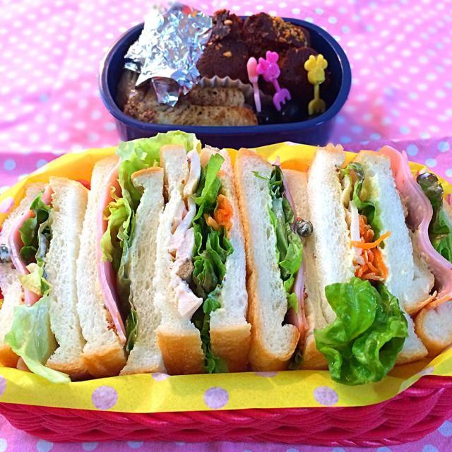 珍しくサンドイッチです!  ・ハムとサニーレタス ・鶏胸肉のしっとり煮とキャロットラペとマスカルポーネ ・手羽先のグリル ・キャラメルパウンドケーキ - 83件のもぐもぐ - 女の子弁当♪ by 志野