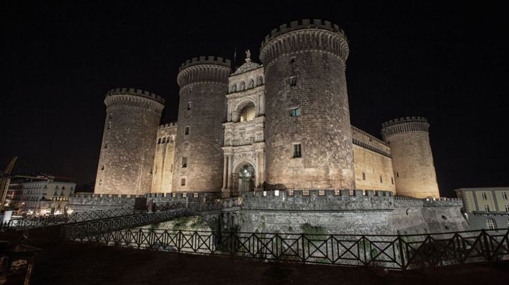 Napoli in un Pin: Castel Nuovo -Maschio Angioino
