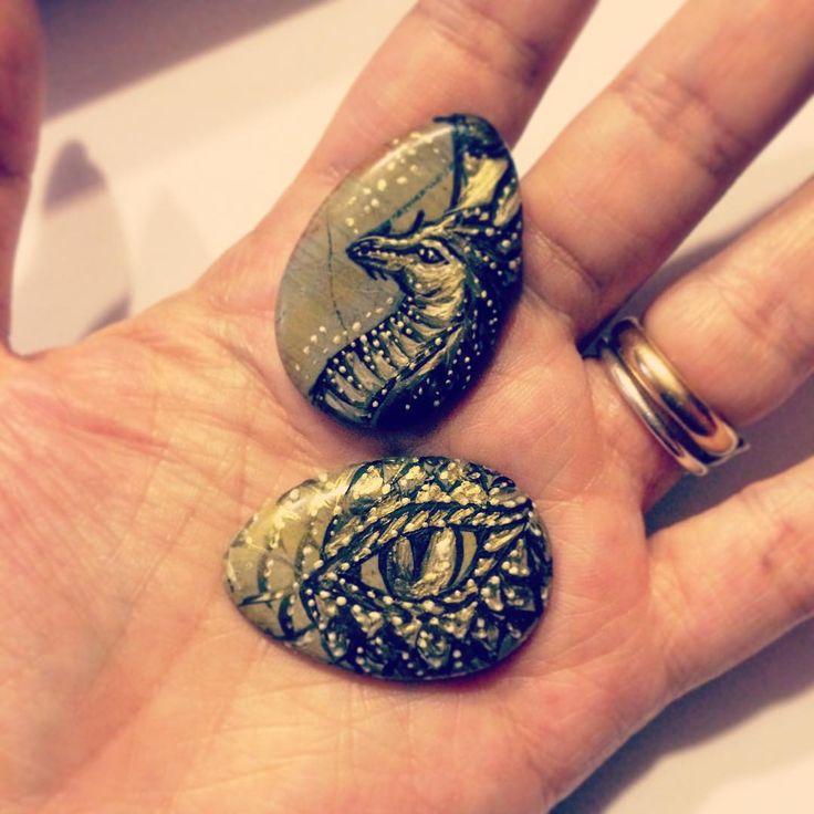 Ops... Mi sono distratta un attimo dalle ordinazioni perché queste #pietre mi stavano chiamando!!!  #dipingimi dipingimi dicevano!!! #esperimenti tecnici di #colorazione su pietra #inprogress  #archidee #dragons #painting #stonepainting #drago #handpainted #cabochon #handmade #becreative #lovemywork #instalike #instacool