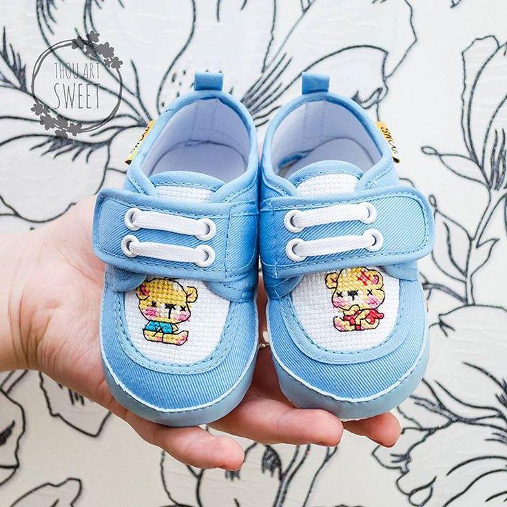 Детские тапочки с ручной вышивкой «Мишутка». Цена: 1100₽  Длина стопы – 12 см #хэндмейд #ручнаяработа #рукоделие #подарки #декор #вышивка #handmade #handwork #craft #creative #stylish #gifts #crossstitch #stitch #обувь #footwear #shoes